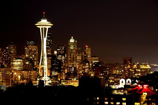 เคอร์รีปาร์ค: Night time view of Seattle from Kerry Park