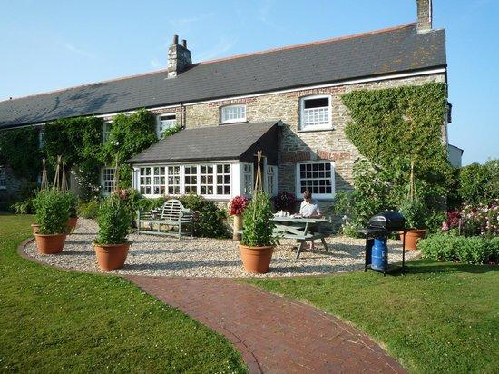 Bodrean Manor Farm: First sight when you enter the garden