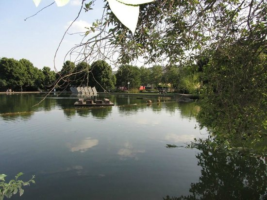 Parc Belair Hotel: Озеро в парке у отеля
