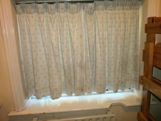 YHA Alfriston : Yucky Curtains
