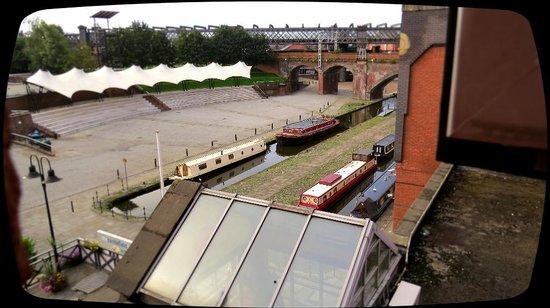Castlefield Hotel: Blick aus dem Fenster auf den Kanal