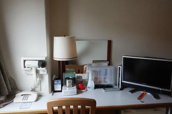 Hotel Consort : 机の奥行きがやや狭めでした