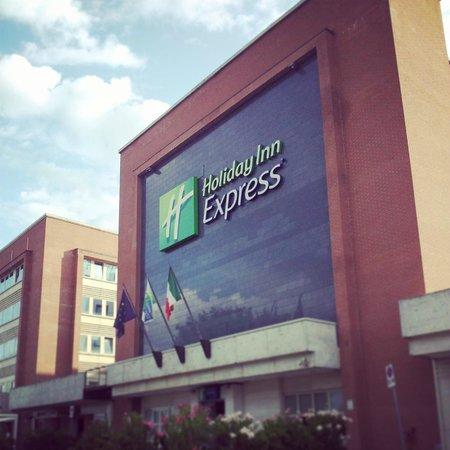 Holiday Inn Express Foligno: L'Hotel da fuori