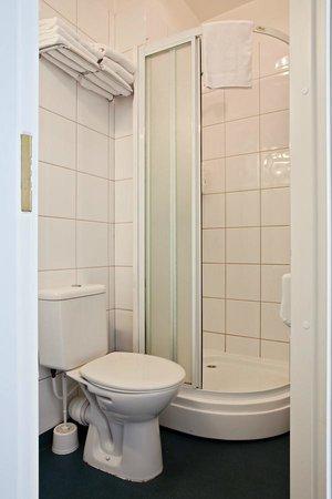 Economy Hotell: Bathroom