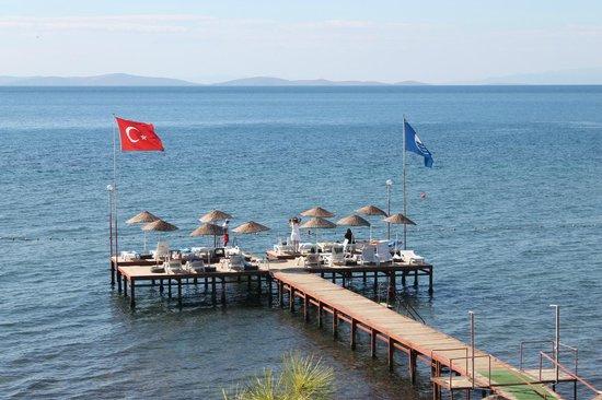 Club Hotel Gultur: mavi bayraklı denizi ve iskelesi