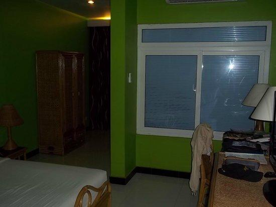 Day Inn Hotel : Chambre vaste et...colorée!