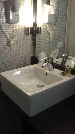 Kanai Hotel : Sèche cheveux & produits Occitane