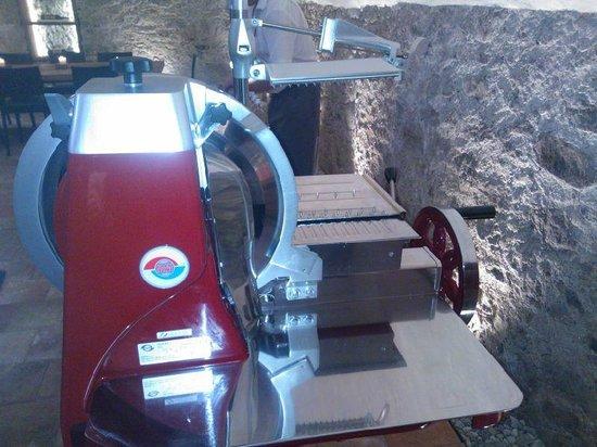Hotel Schwanen: Schneidmaschine Berkel im Weinkeller