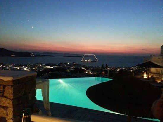 Karavaki Restaurant : sunset by the pool