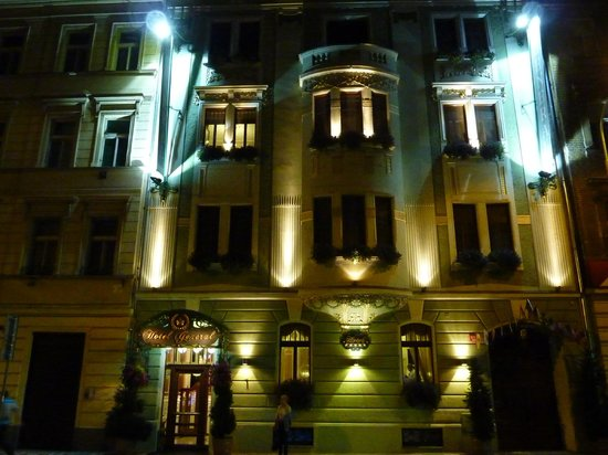 Hotel General: Night view of ther Hotel facade