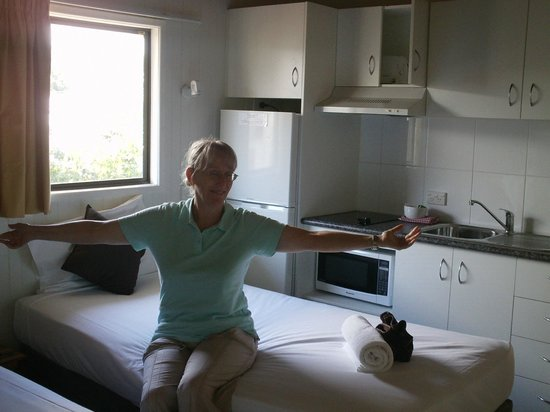 Airlie Beach Apartments : Inside chalet room, bed + kitchen area