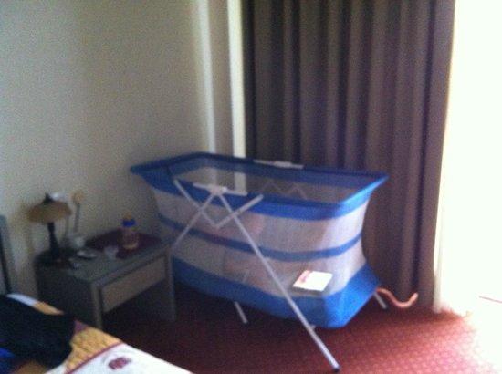 Adrian Hotel: baby-cot fornita dall'Hotel
