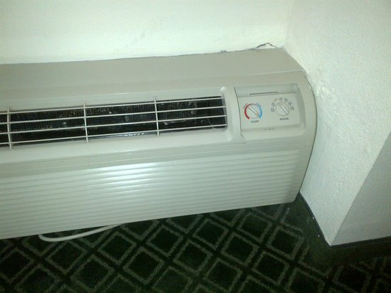 Holiday Inn Port St. Lucie: Noisy and dirty AC