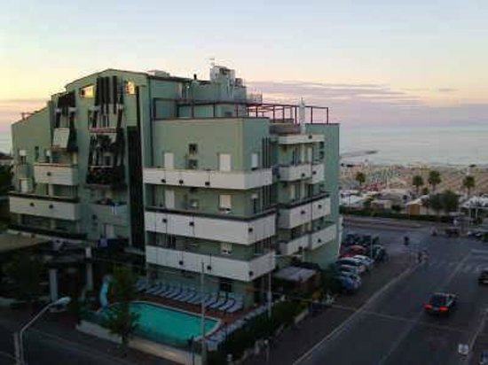 Hotel Executive La Fiorita : da qui si vede tutto l'hotel dall'esterno
