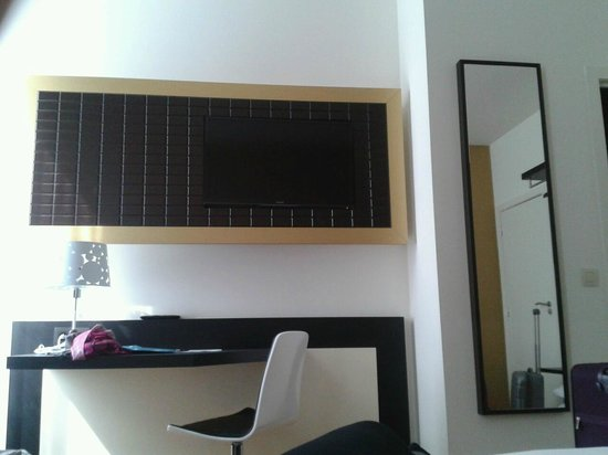 Hotel Saint Nicolas: Wall mounted tv