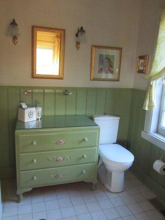 Ashrowan Bed & Breakfast: Gardener's Retreat ensuite (shower not shown but is on the left - plenty of room in shower cubic