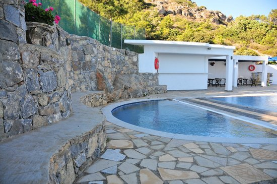 Nakou Village : The pool left of the cottages