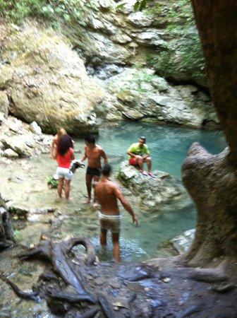 Water Mills Milopotamos : laghetto sotto la cascata