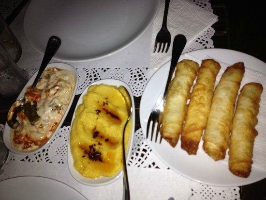 Komodor: Yogurt con peperoncino, favea e involtini di sfoglia ripieni di formaggio