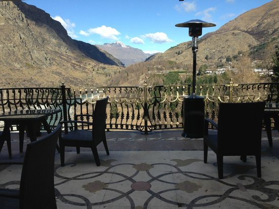 Nugget Point Queenstown Hotel: Terrace in dining area