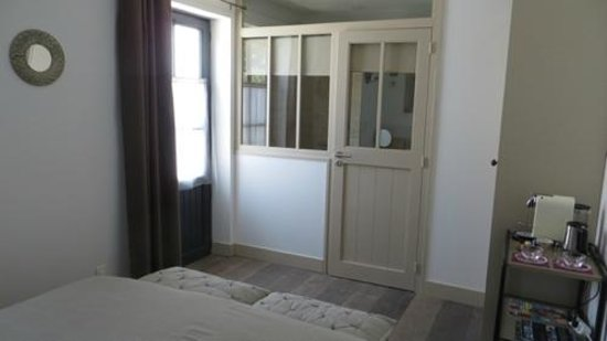 Maison d'Hôtes Près des Dunes : Chambre PYLA - autre vue de la chambre