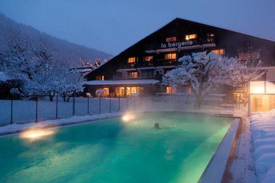 Hotel La Bergerie: Piscine hiver soir