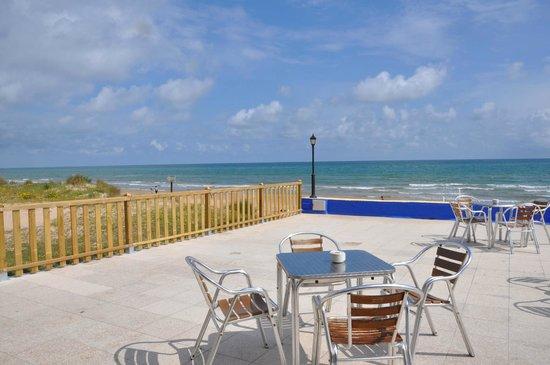 Camping Pepe : Terraza del Bar-Restaurante a primera linea de playa