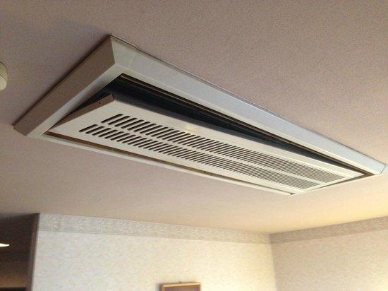 Miyazaki Dai-ichi Hotel: Airconditioning hanging...
