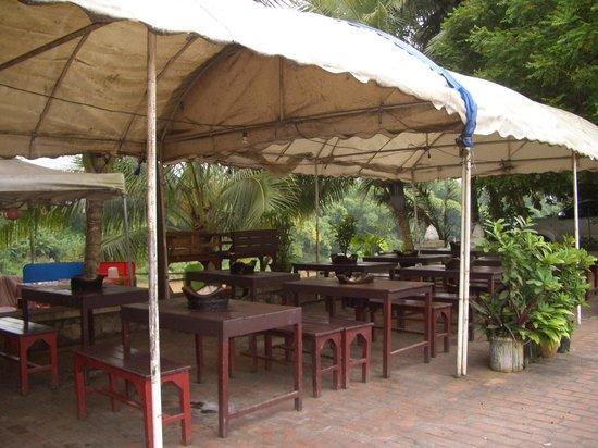 Khem Khan Sin Dad: The restaurant tables with BBQs