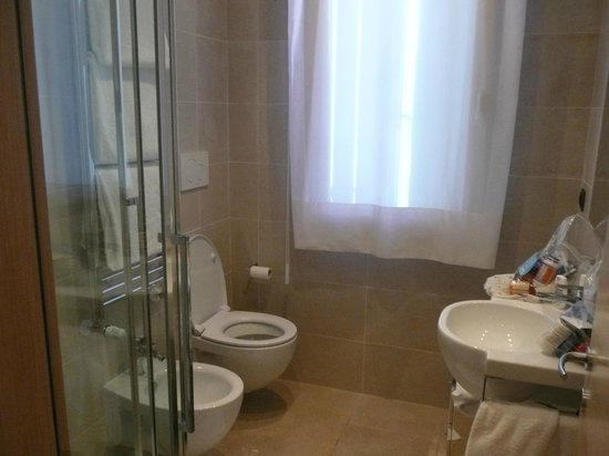 Venice Apartments Dante: Nice bathroom with modern fixtures and toiletries