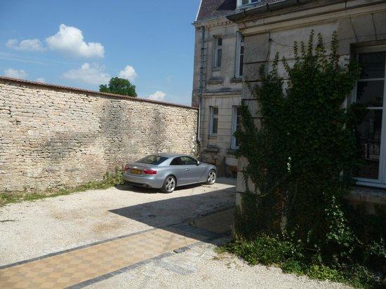 Le Belvedere des Remparts : Petit parking mais qui peut contenir beaucoup de voitures