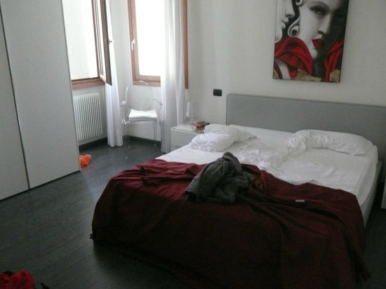 Venice Apartments Dante: Comfortable firm bed. Light and spacious.