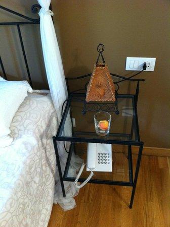 Hotel Els Encantats : прикроватный столик со светильником