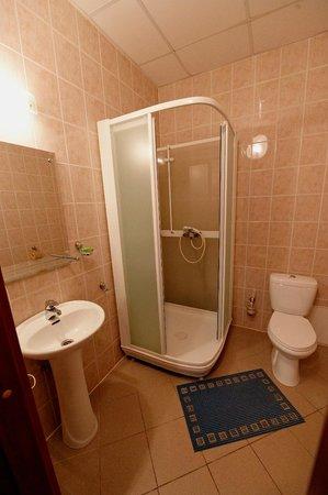 Severnaya Hotel: Ванная с душевой кабинкой