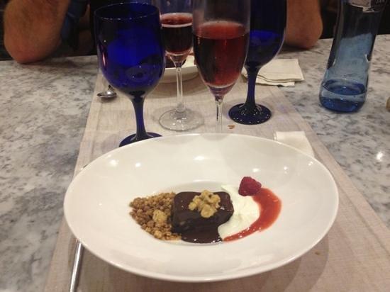 Rosal 34: brownies al cioccolato con yogurt noci e salsina ai lamponi