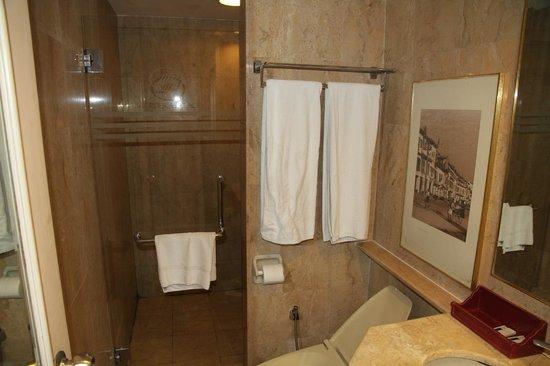 Merdeka Palace Hotel & Suites: Bathroom