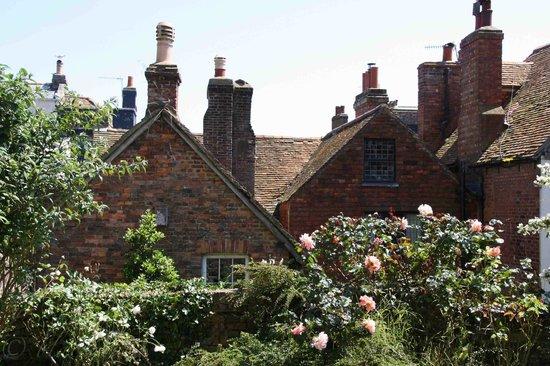 Hastings, UK: Backstein und Rosen