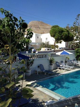 Armonia Hotel : la piscina all'ingresso della struttura