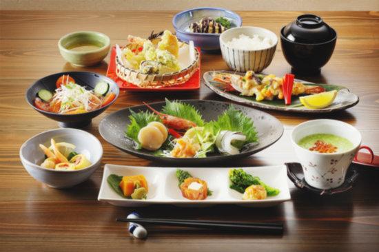 Yunotani Onsen: 夕食は、地産の旬会席料理が並ぶ。味もボリュームも満足!宿泊以外では、前日までのご予約で会席料理を楽しめます。