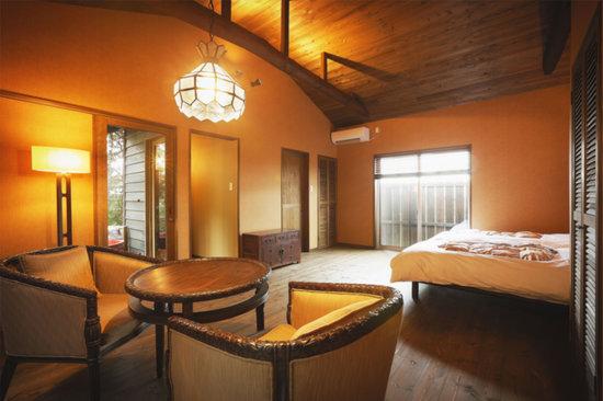 Yunotani Onsen: 露天風呂付客室の1つ。バリ風の落ち着いた雰囲気が良い。