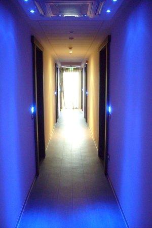 Blu Suite Hotel: corridoi dell'hotel in blue