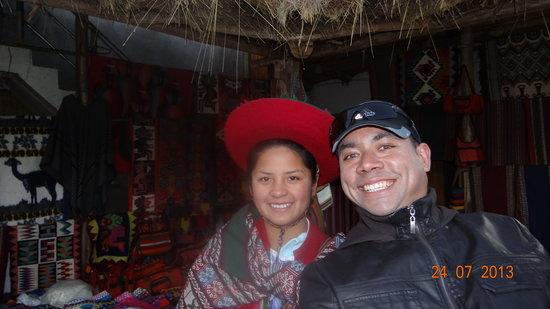 Centro de Textiles Tradicionales del Cusco Store & Museum : Junto a una de las artesanas