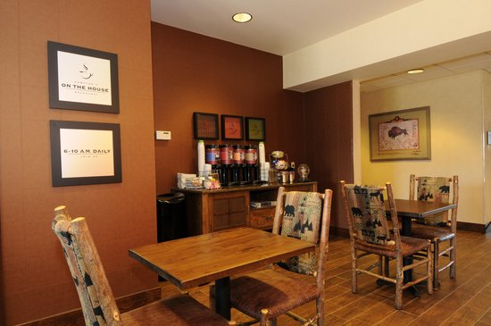 Hampton Inn Bozeman: Free hot breakfast served daily.