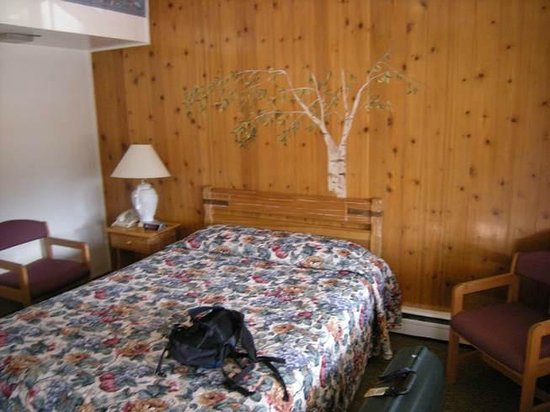 Silver Spur Motel: bed and decoration