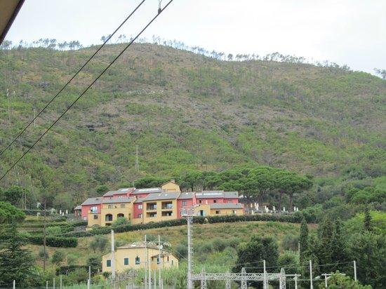 Park Hotel Argento : l'albergo visto dalla stazione di Levanto