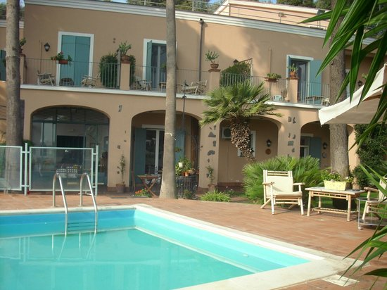 Villa Etelka Bed and Breakfast: la piscina e le camere