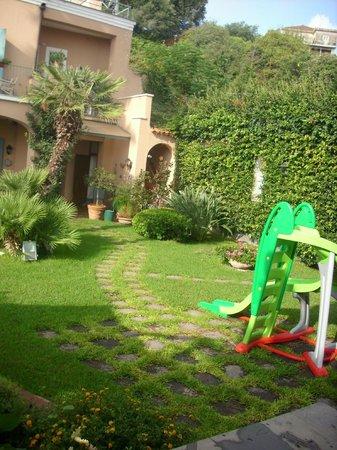 Villa Etelka Bed and Breakfast: scorcio della struttura con giochi per bimbi