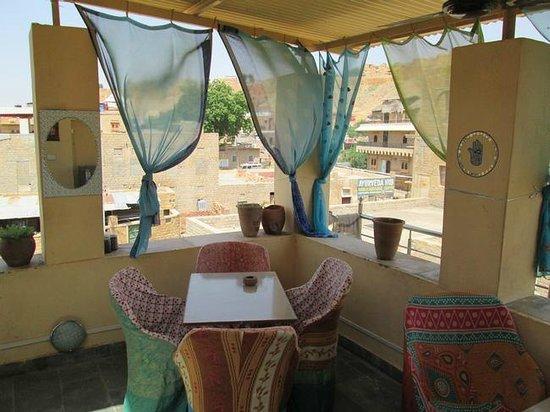 Hotel Neem Haveli: roof top restaurant
