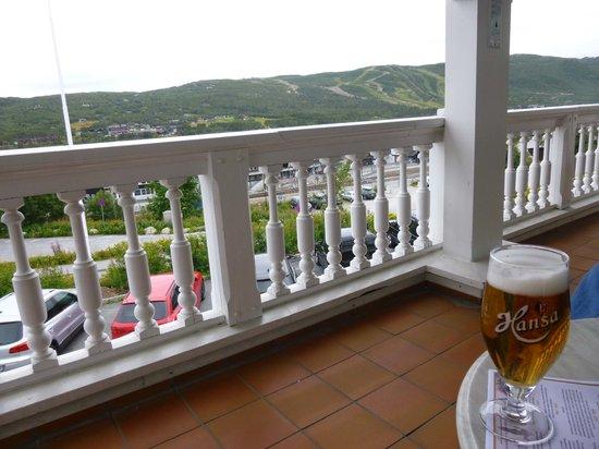 Dr. Holms Hotel: Bar deck view of ski slopes