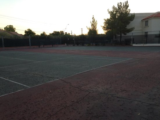 Arizona Golf Resort: Tennis courts. Cracked and no nets.